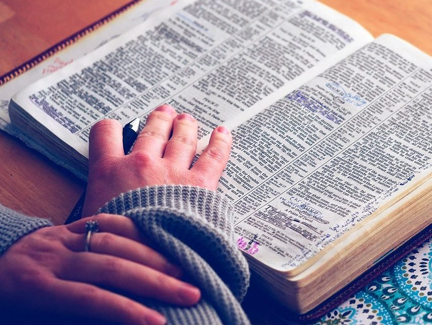 Como estudar a Bíblia ? Veja dicas para aprender melhor - WeMystic ...